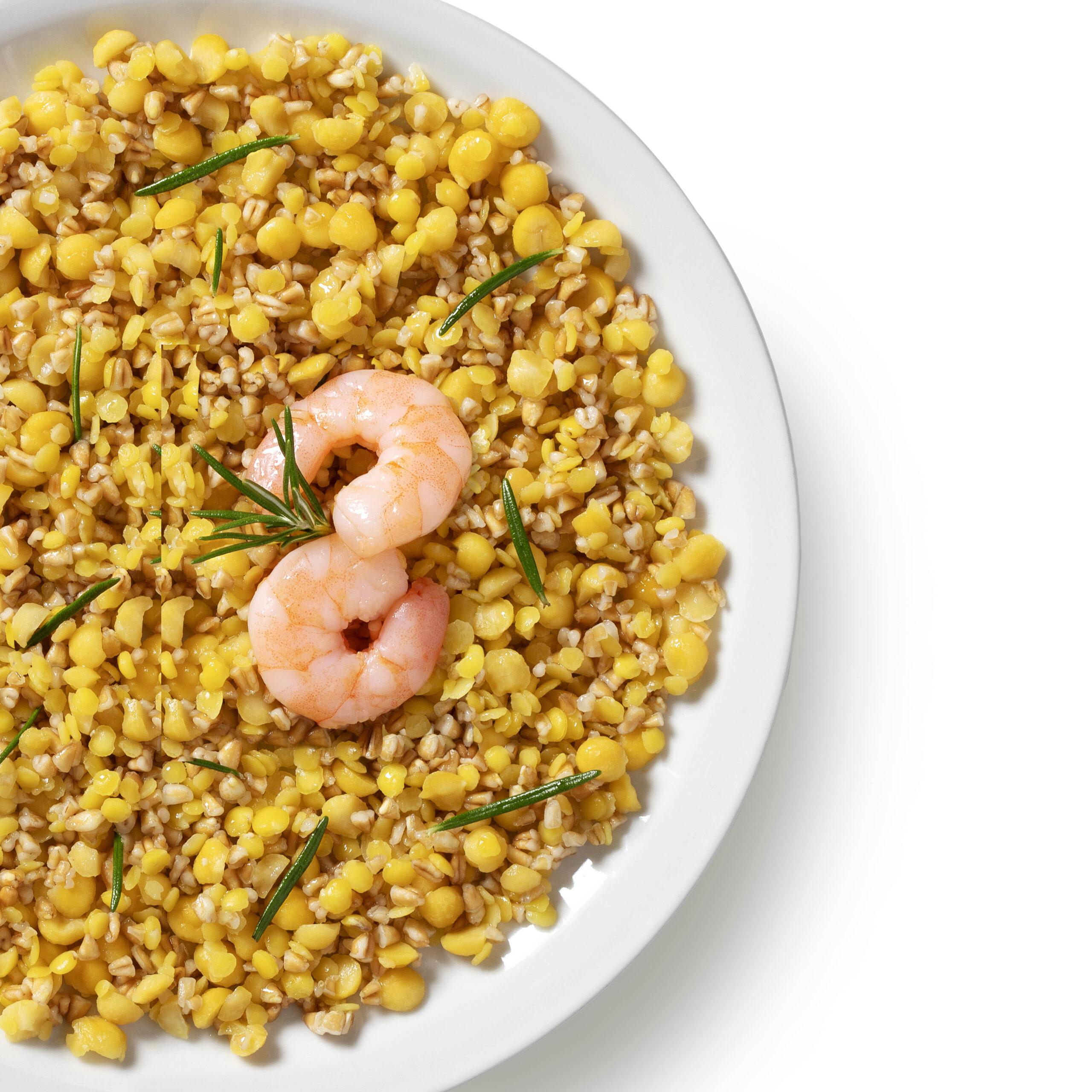 Ricetta di farro, lenticchie e ceci con gamberi spadellati.